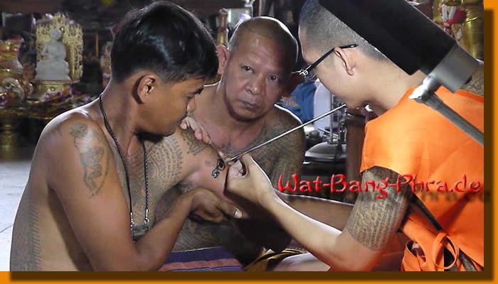 Traditionelles T�towieren von M�nchen aus Wat Bang Phra